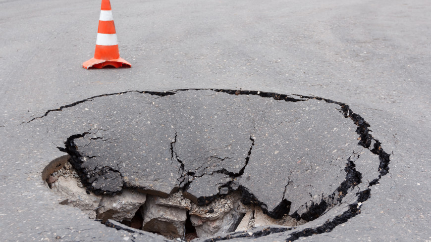 Ушли под землю: машины провалились рядом со стройкой в Новороссийске