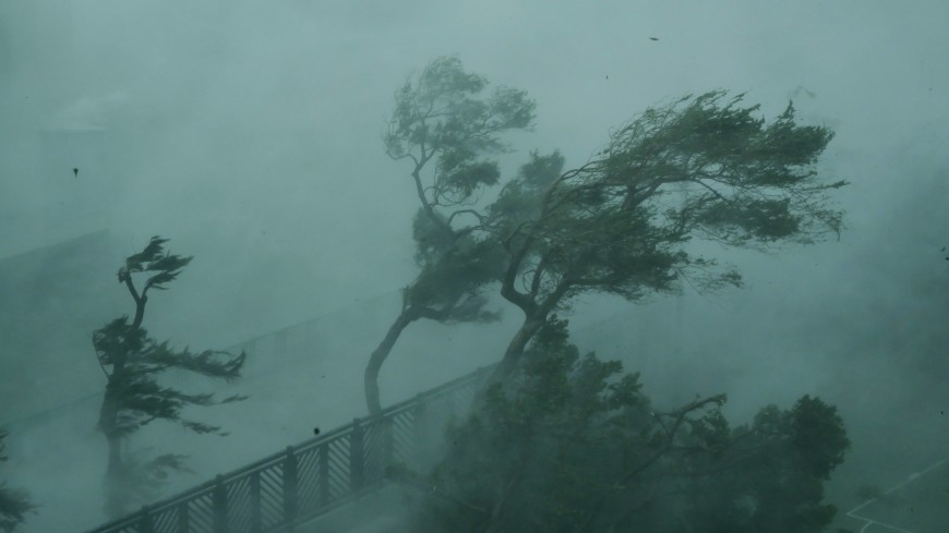 Мощный ураган в Китае развернул стоящий на ВВП самолет