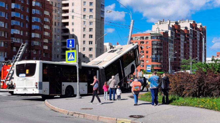 Автобус с пассажирами повис на фонарном столбе в Петербурге
