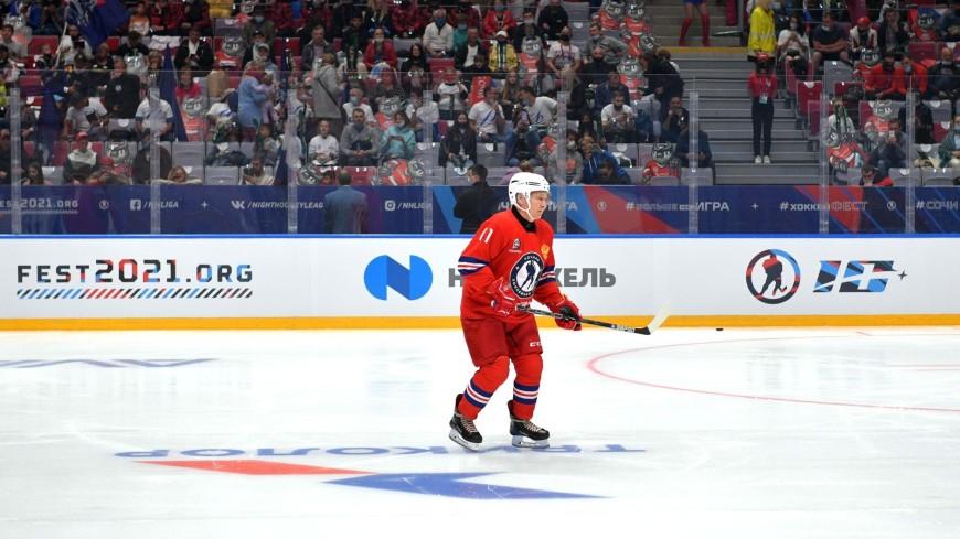 Путин подписал для юного болельщика клюшку после матча Ночной хоккейной лиги
