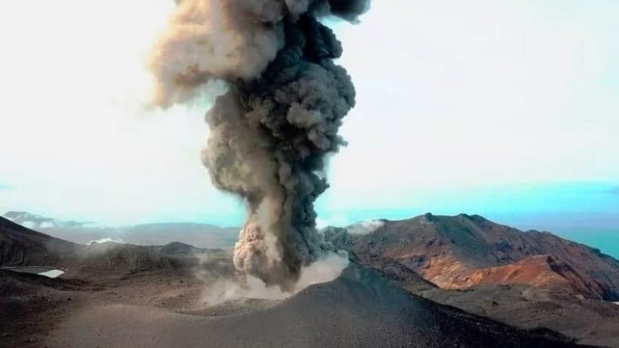 Вулкан Эбеко на Курилах выбросил столб пепла на высоту три километра
