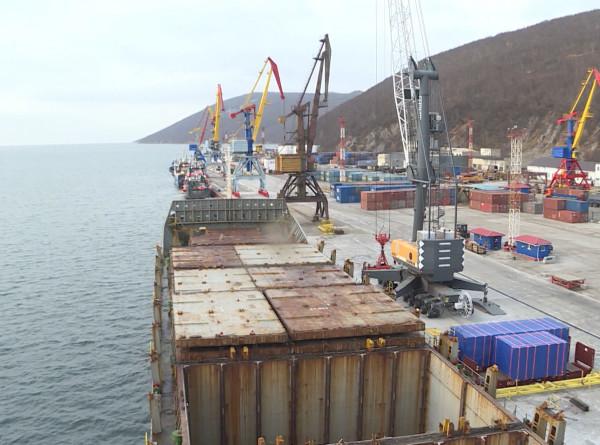 В портах Дальнего Востока застряли тысячи контейнеров с грузами для Колымы