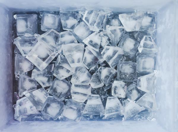 Литовец просидел три часа в ящике со льдом и установил новый мировой рекорд