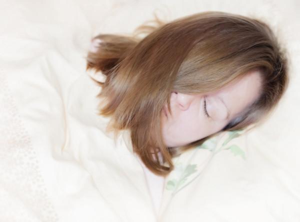 Темнота и «белый шум»: названы способы уснуть при сильном стрессе