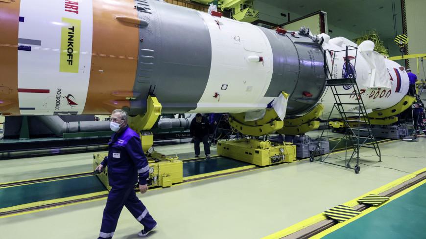 Ракету для полета «киноэкипажа» на МКС повезли на стартовый стол Байконура
