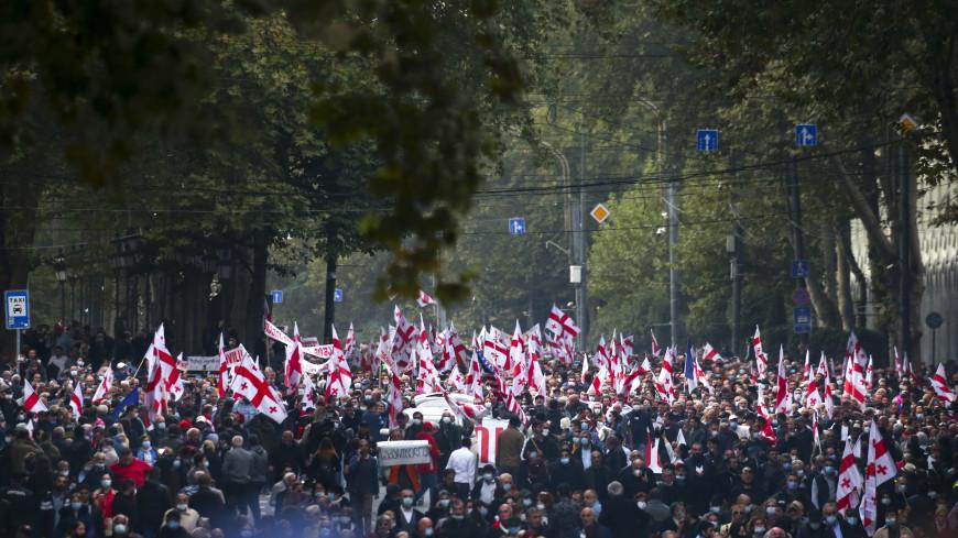 Многотысячный митинг в Тбилиси: протестующие требуют освобождения Саакашвили и отставки правительства