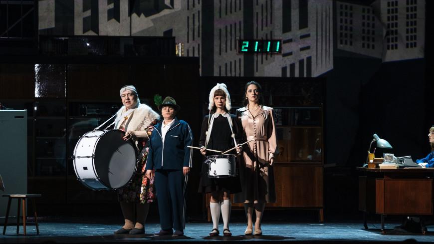 «Либо семья, либо мир спасать»: в Театре на Бронной премьера спектакля «Человек Летучая Мышь против Леонида Ильича Брежнева»