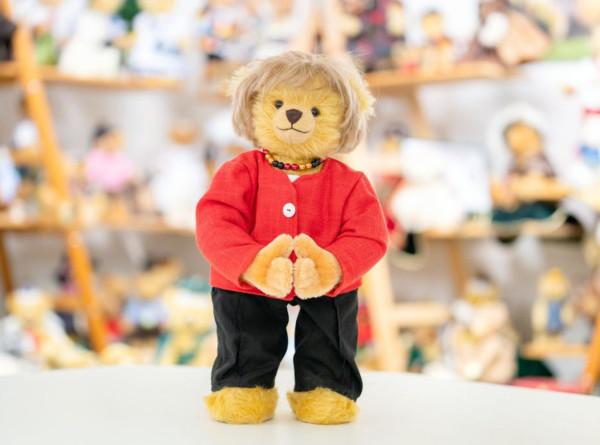 Фабрика плюшевых медведей в Германии сделала игрушку в виде Меркель в красном пиджаке
