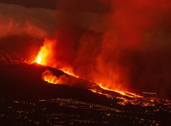 Фонтан из камней и огня: извержение вулкана на Канарах может продлиться до 84 дней