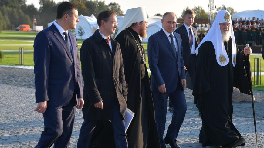 Путин принял участие в открытии мемориала на берегу Чудского озера