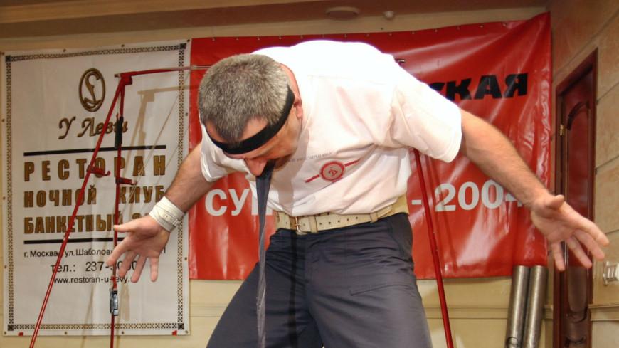 Силач Ханапиев презентовал членам избирательной комиссии железные сердечки из гвоздей