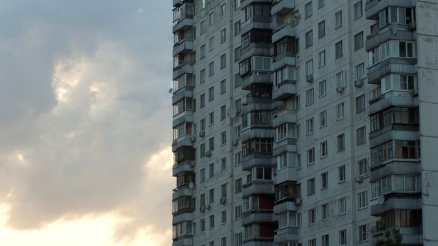 В Новосибирске мужчина выбросил шкаф из окна многоэтажки