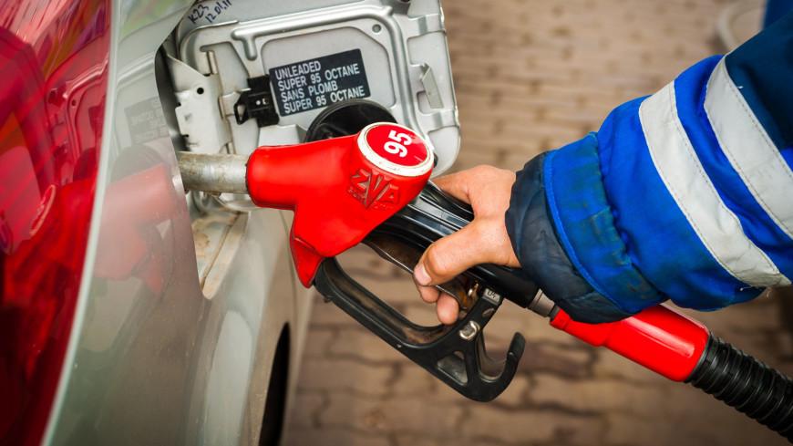 Цены на бензин в России снизились впервые за год