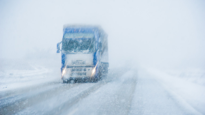 В снежном плену: 20 грузовиков застряли на чукотской трассе