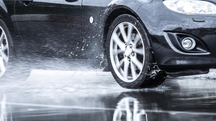 Автомобилистам напомнили правила езды в дождь