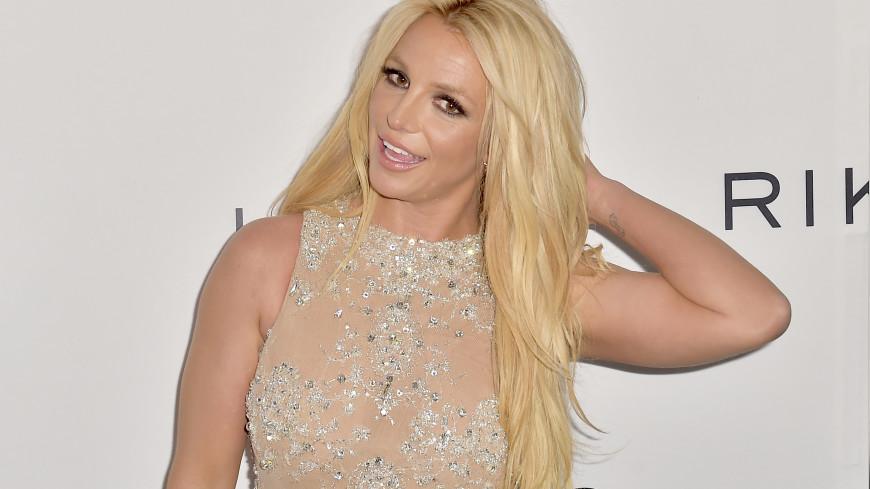 Бритни Спирс снялась в красных ботфортах топлесс и порадовала поклонников