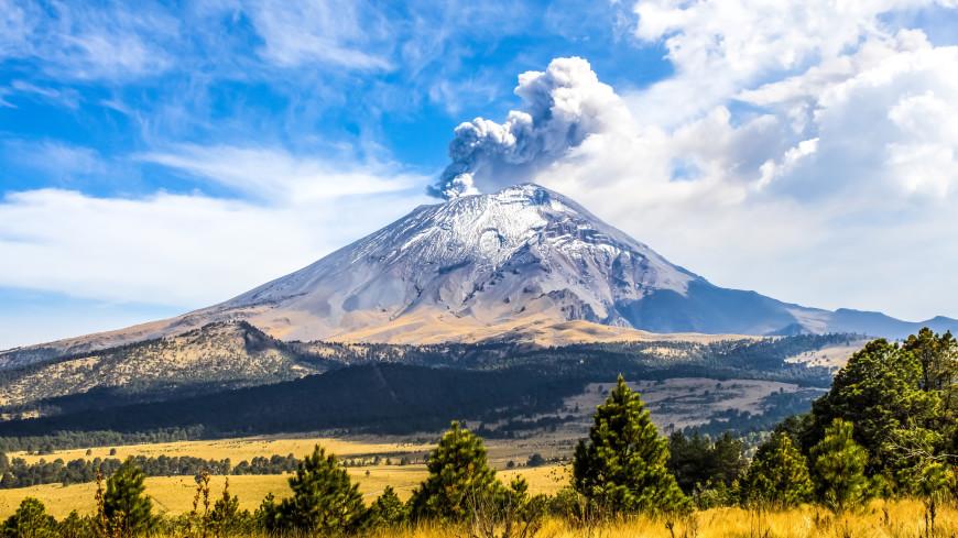 Столб выброшенного вулканом Попокатепетль пепла поднялся на высоту более двух километров