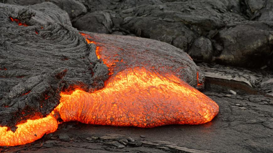 Лава из вулкана на испанском острове Пальма подошла к жилым домам и заблокировала дороги
