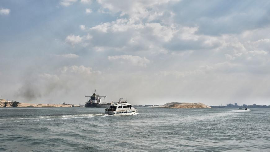 Севший на мель танкер перекрыл судоходство по Суэцкому каналу