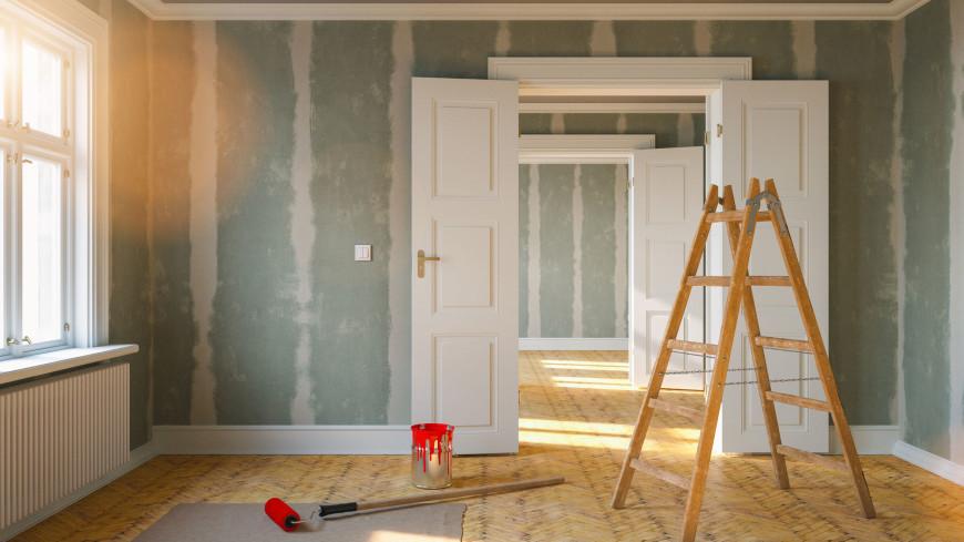 Петербурженка в ходе ремонта старой квартиры нашла картину и серебряную ложку
