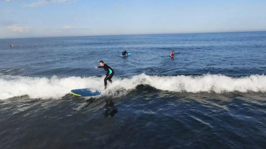 Лови волну: на острове Кунашир открыли бесплатную школу серфинга для детей